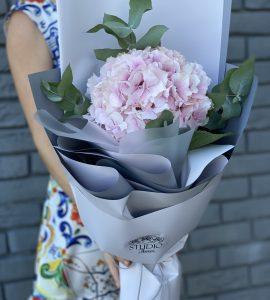 Букет-комплимент  с гортензией 1 – Интернет-магазин цветов STUDIO Flores