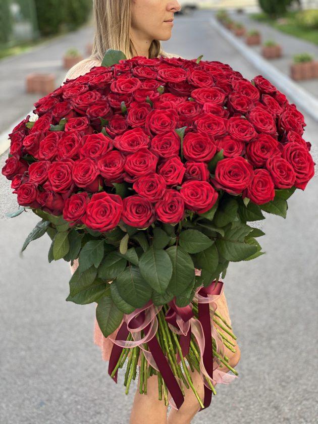 Букет сто одна красная роза – Интернет-магазин цветов STUDIO Flores