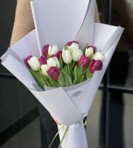 Букет 19 тюльпанов – Інтернет-магазин квітів STUDIO Flores