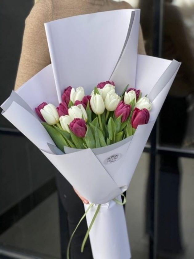 Букет девятнадцать тюльпанов – Интернет-магазин цветов STUDIO Flores