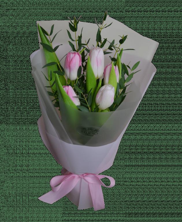 Букет тюльпанов с эвкалиптом – Интернет-магазин цветов STUDIO Flores