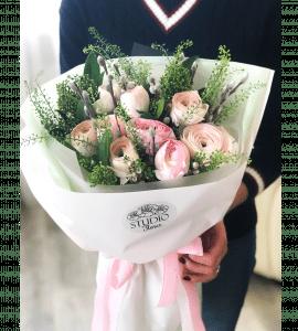 Весенний букет с ранункулюсами – Интернет-магазин цветов STUDIO Flores