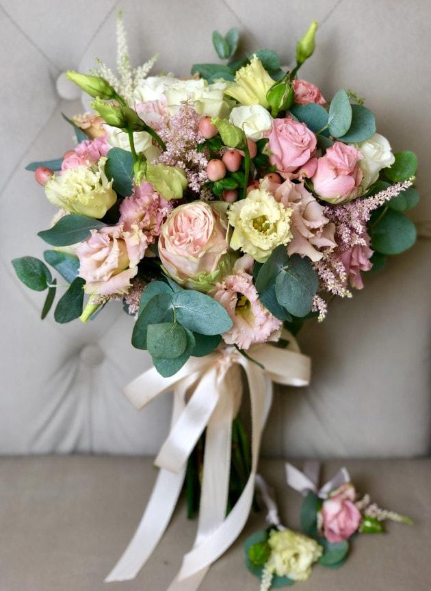 Букет нареченої з трояндами і еустома