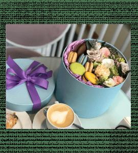 Букет с макарунами – Інтернет-магазин квітів STUDIO Flores