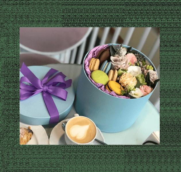 Букет с макарунами – Интернет-магазин цветов STUDIO Flores