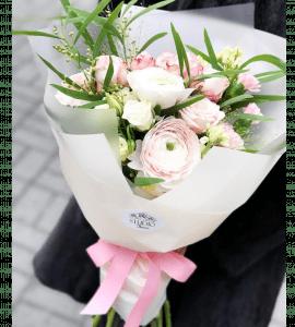 Букет с мимозой и ранункулюсами – Интернет-магазин цветов STUDIO Flores