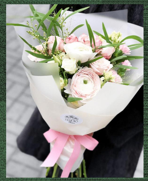 Букет з мімозою та ранункулюсами – Інтернет-магазин квітів STUDIO Flores