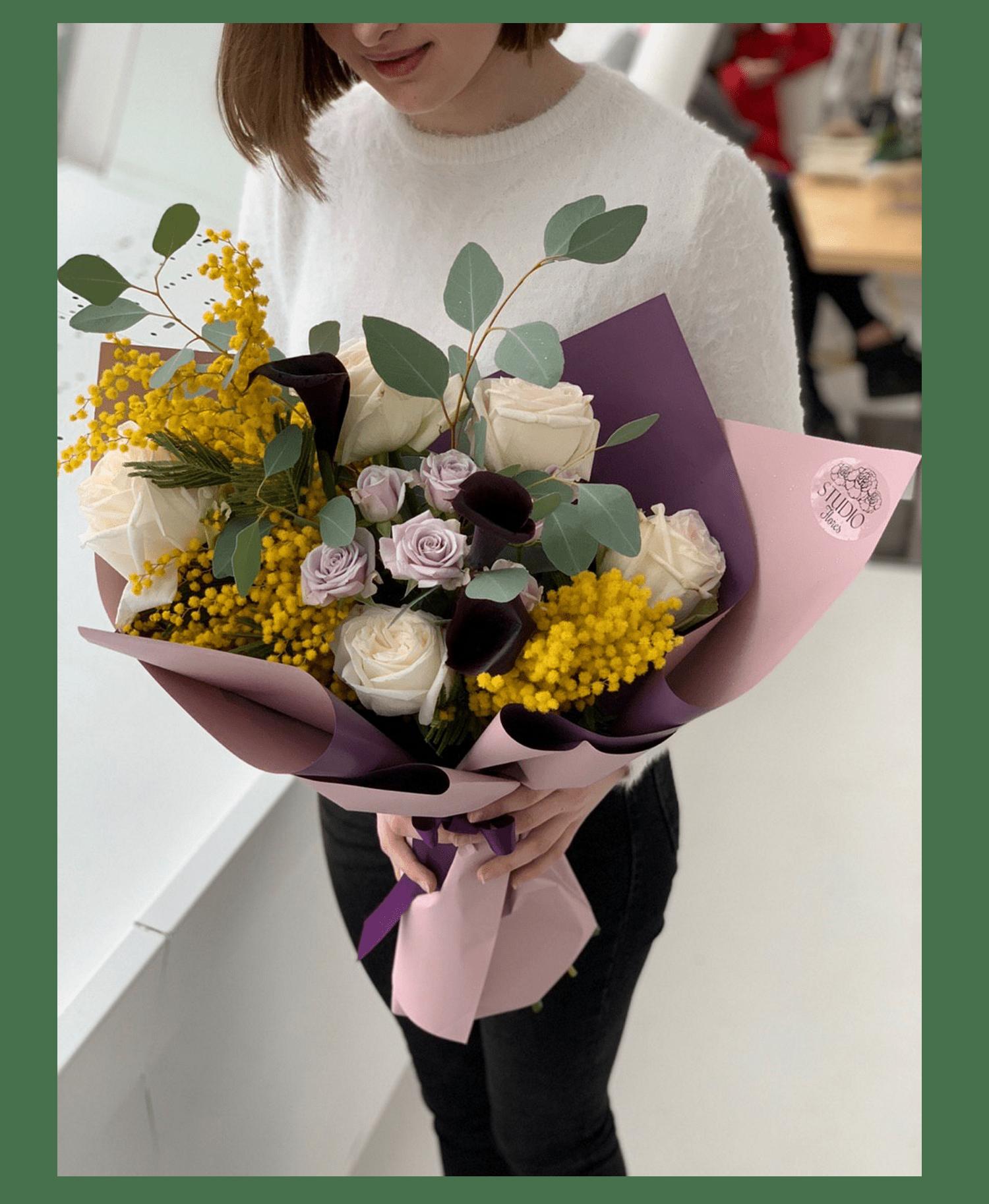 Букет с мимозой и каллами – Інтернет-магазин квітів STUDIO Flores