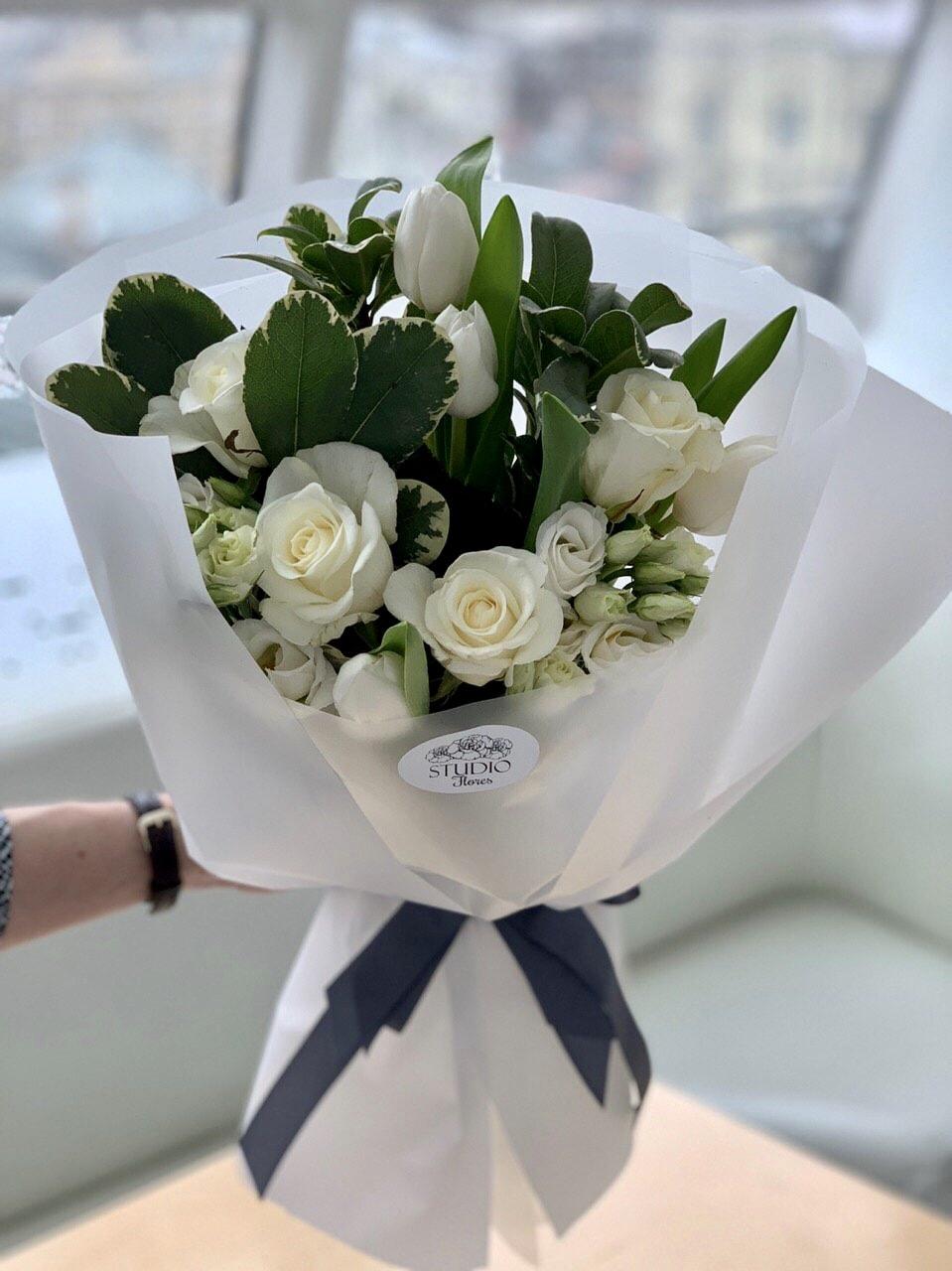 Элегантный букет с белоснежной розой и тюльпанами на выпускной