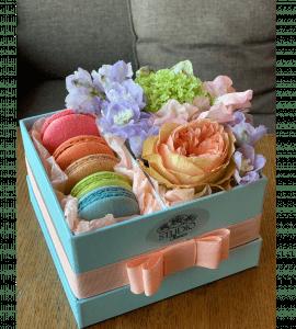 Коробка с цветами и макарунами – Интернет-магазин цветов STUDIO Flores