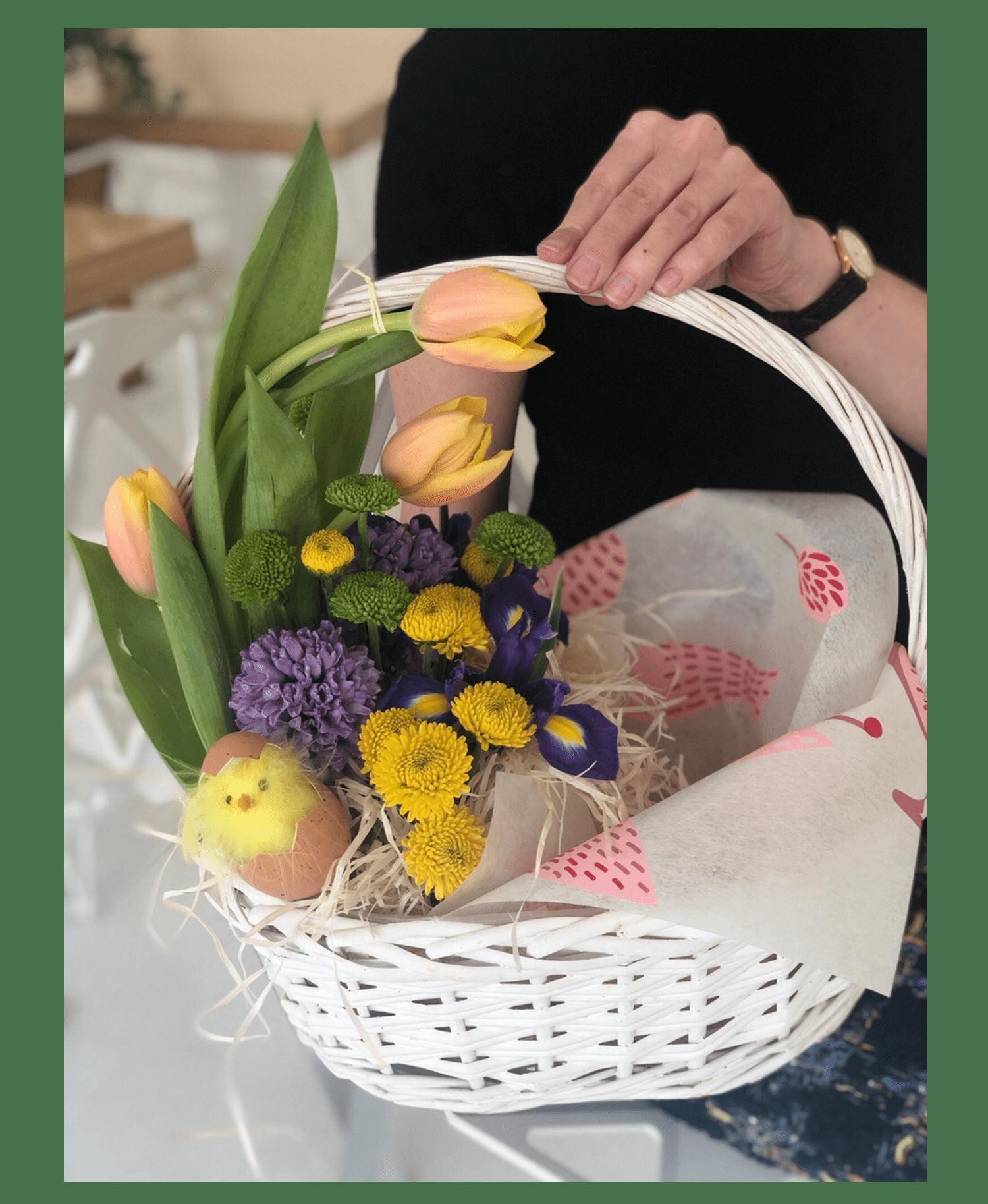 Корзина квітів на Пасху