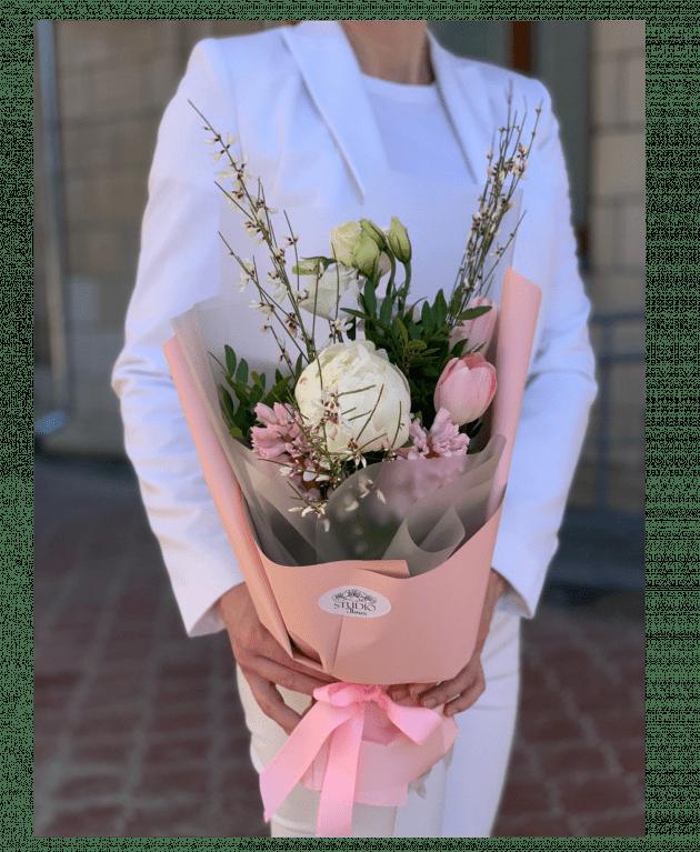 Букет-комплимент с пионом – Интернет-магазин цветов STUDIO Flores