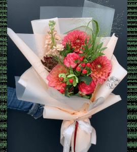 Букет с георгинами – Інтернет-магазин квітів STUDIO Flores