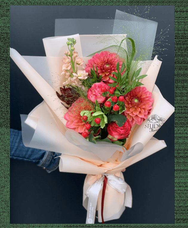 Букет с георгинами – Интернет-магазин цветов STUDIO Flores