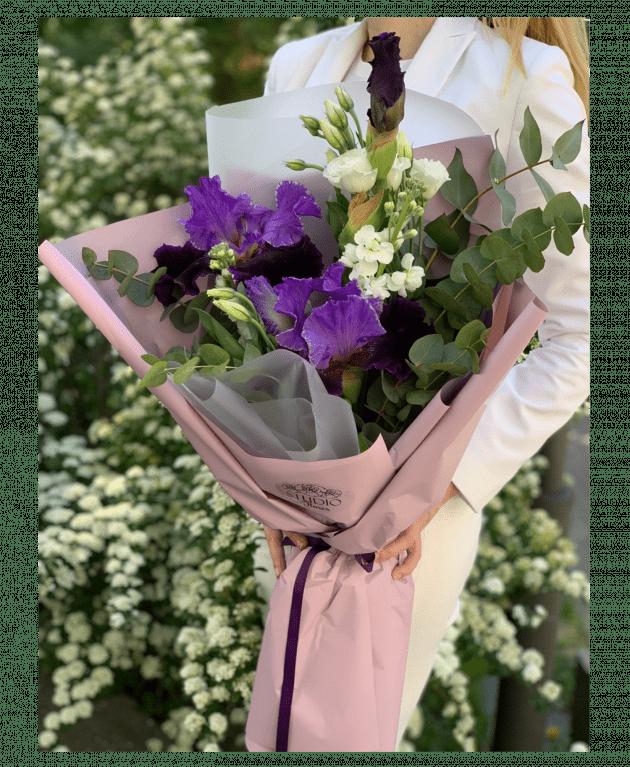 Букет с ирисами – Интернет-магазин цветов STUDIO Flores