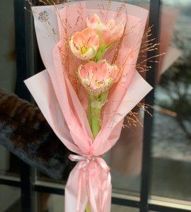 Букет комплимент с аммарилисом – Интернет-магазин цветов STUDIO Flores