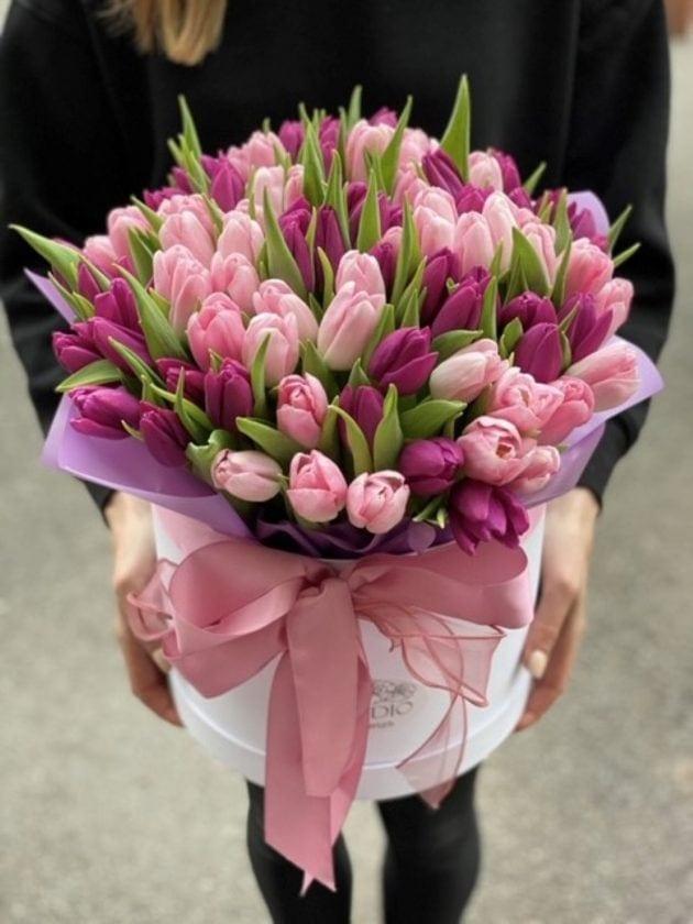 101 тюльпан в коробке – Интернет-магазин цветов STUDIO Flores