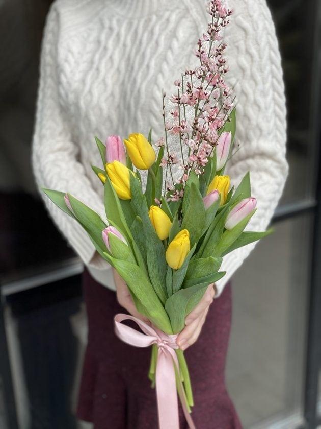 Букет тюльпанов с джинестрой – Интернет-магазин цветов STUDIO Flores