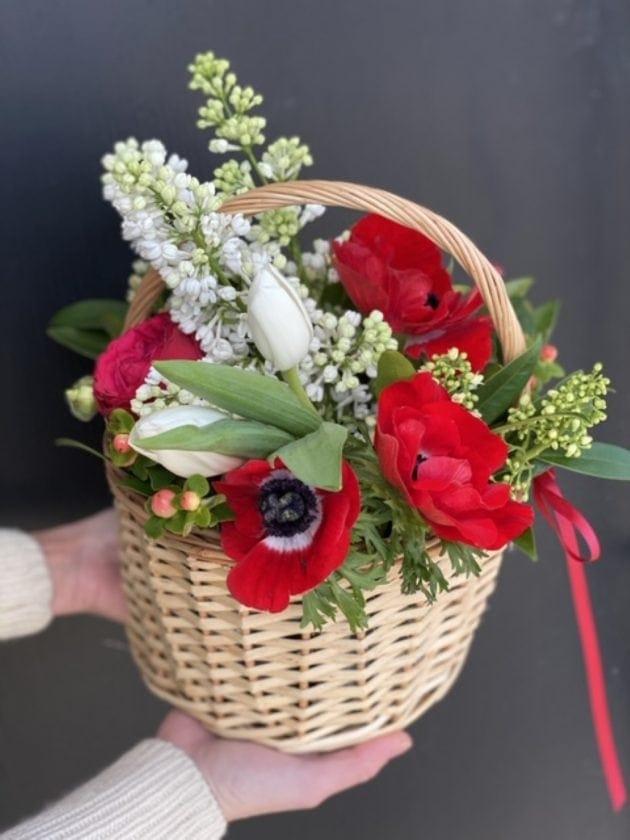Корзина цветов с сиренью и анемонами – Интернет-магазин цветов STUDIO Flores