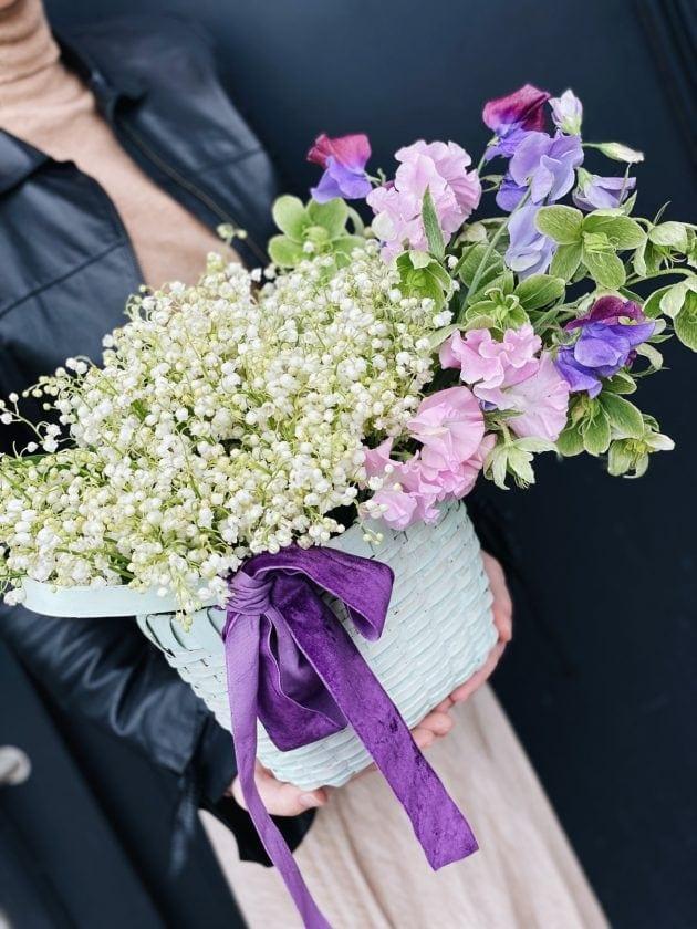 Корзина цветов с ландышами – Интернет-магазин цветов STUDIO Flores
