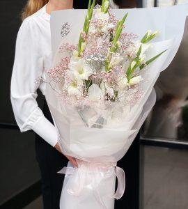 Букет с гладиолусами – Интернет-магазин цветов STUDIO Flores