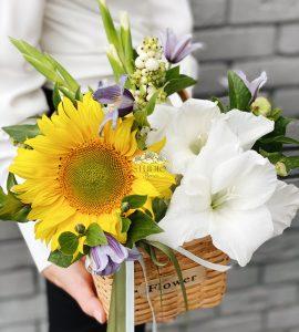 Корзина цветов с подсолнухом – Интернет-магазин цветов STUDIO Flores