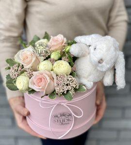 Подарочный набор 'Цветы и зайка' – Интернет-магазин цветов STUDIO Flores