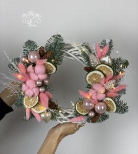 Wreath on the door 'Strawberry Delight' – Flower shop STUDIO Flores
