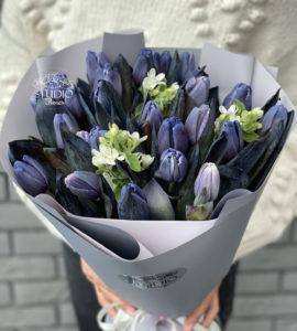 Букет 25 фиолетовых тюльпанов – Интернет-магазин цветов STUDIO Flores