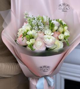 Букет з бузком та ранункулюсами – Інтернет-магазин квітів STUDIO Flores